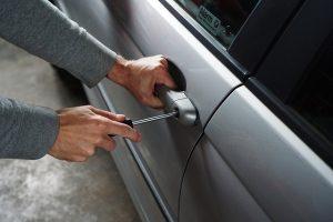 Autó ajtónyitás megfelelő eszközökkel