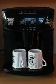 Az automata kávégép friss kávéval vár